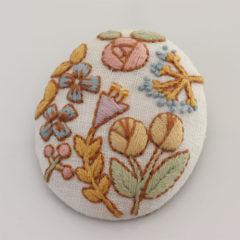 ブローチ(白地、花)